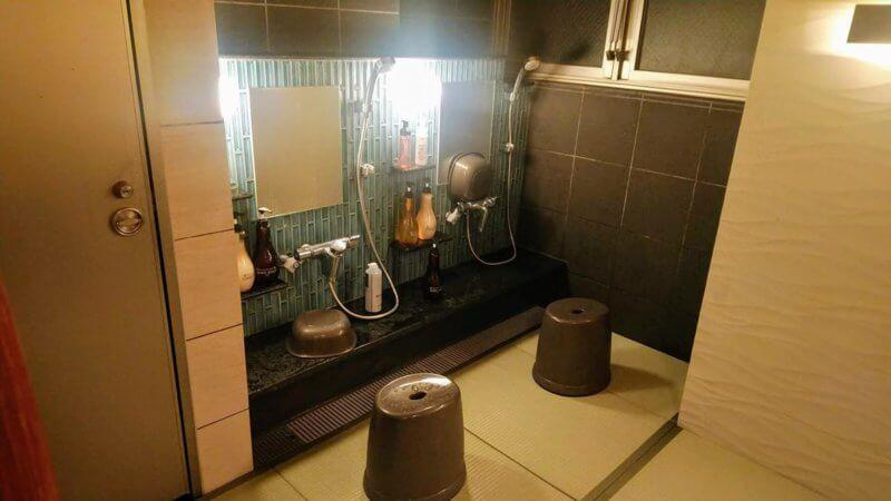 畳風マットの敷かれた洗い場