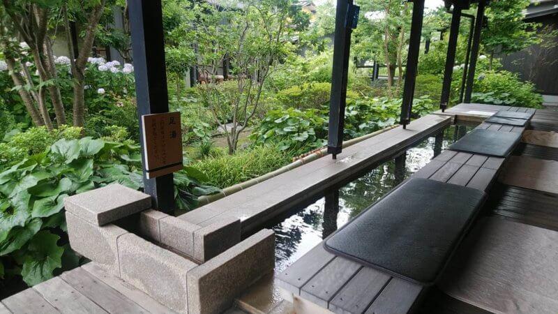 落ち着いた中庭を眺めてのんびりできる足湯