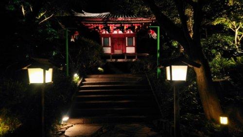 夜の中庭のお堂