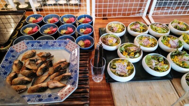 焼き魚とお漬物。ミニサラダ
